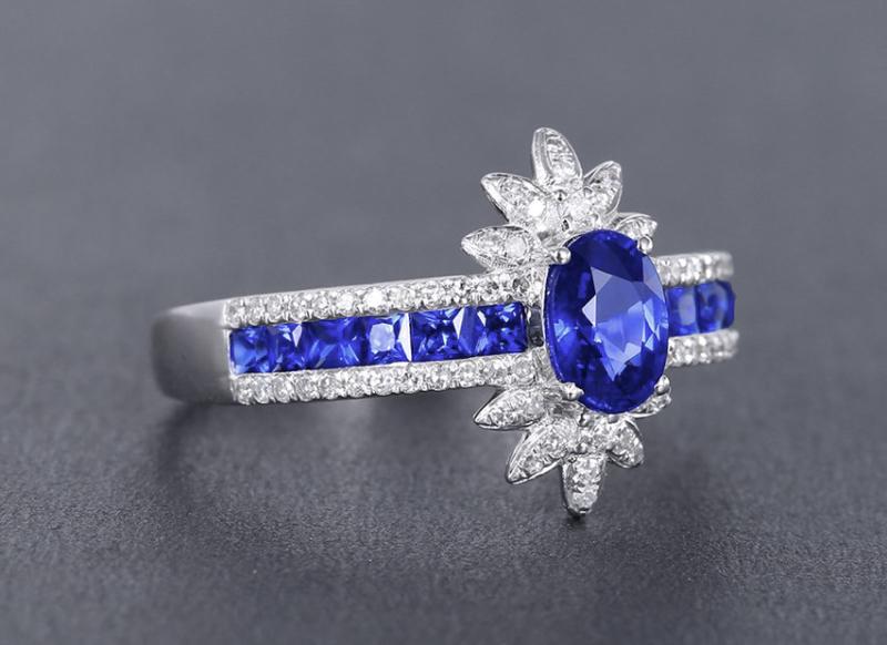 【18k金镶皇家蓝蓝宝石戒指 宝石参数:0.72+0.46ct  配石:钻石70颗,总重2.38克,圈口:14号(可改圈)】图2