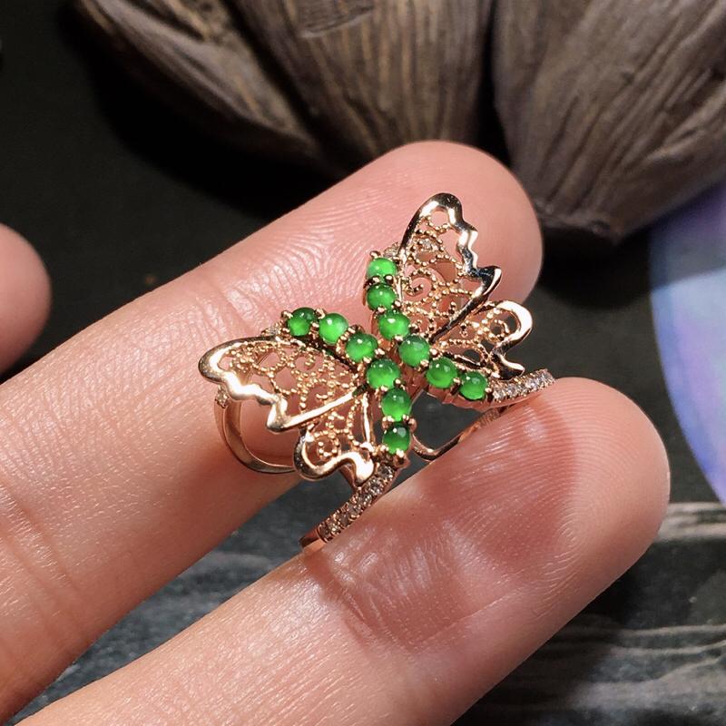 严选推荐老坑冰种阳绿色小蛋面女戒指,蝴蝶造型,18k金伴钻镶嵌而成,款式新颖,佩戴效果佳,尽显气质。种水很好,冰胶感十足,光泽度佳,起强玻璃光泽。颜色浓郁鲜艳,相当漂亮,高性价比,值得入手品鉴。单颗裸石尺寸约为2-2-2毫米#*