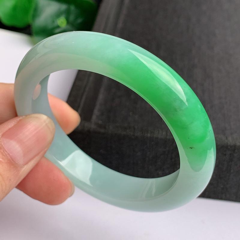 缅甸a货翡翠,水润飘绿正圈手镯52mm,玉质细腻,色彩艳丽,色阳青翠,条形大方得体,佩戴效果好