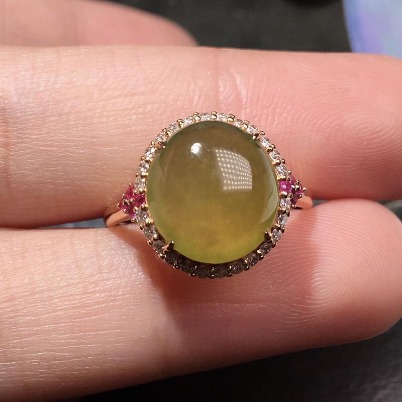 严选推荐老坑冰种黄翡蛋面女戒指,18k金钻镶嵌而成,佩戴效果佳。种水很好,肉质水润细腻,晶体结构致密,莹润通透,起强玻璃光泽。颜色浓郁、纯正。性价比高,值得入手品鉴。裸石尺寸约为:11.5-10.5-4毫米