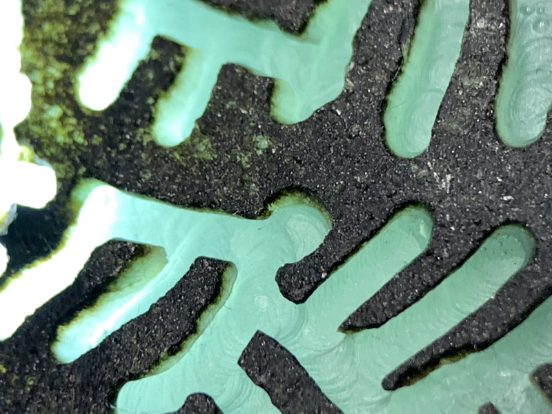 莫西沙天蓝晴底开窗料 整体形状立体规整 压手感非常重 有多个四六牌子位 全身皮壳紧致细腻 全身多