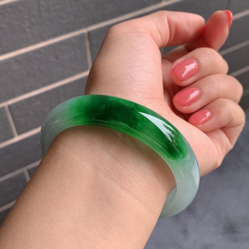 #自然光实拍#  阳绿手镯、圈口:56.8mm 天然A货翡翠精致阳绿正圈手镯,种水好  编号:QL3
