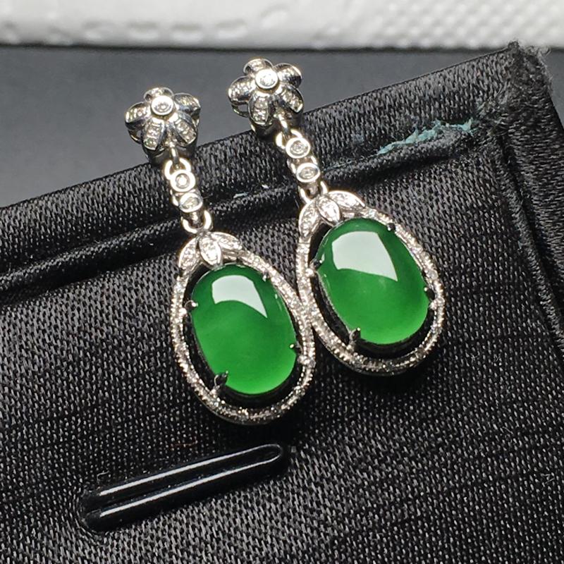 满绿蛋面翡翠耳环,色泽鲜艳,料子细腻,款式简单百搭,性价比超高,裸石尺寸:9*6.2*2.8整体尺寸