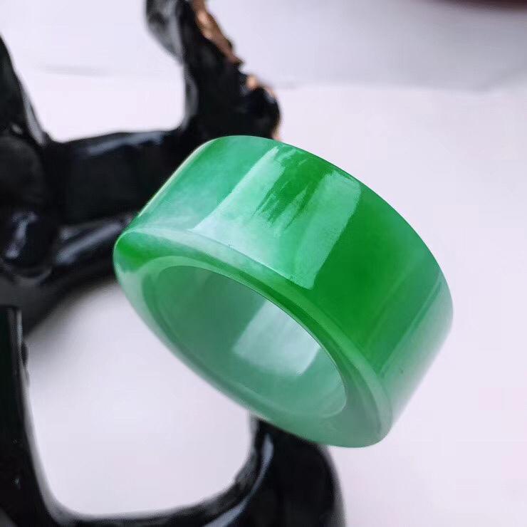 21.3圈口飘绿路路通翡翠扳指,飘绿,颜色漂亮,靓丽大气,细纹,上手效果大气迷人!21.3*13.5