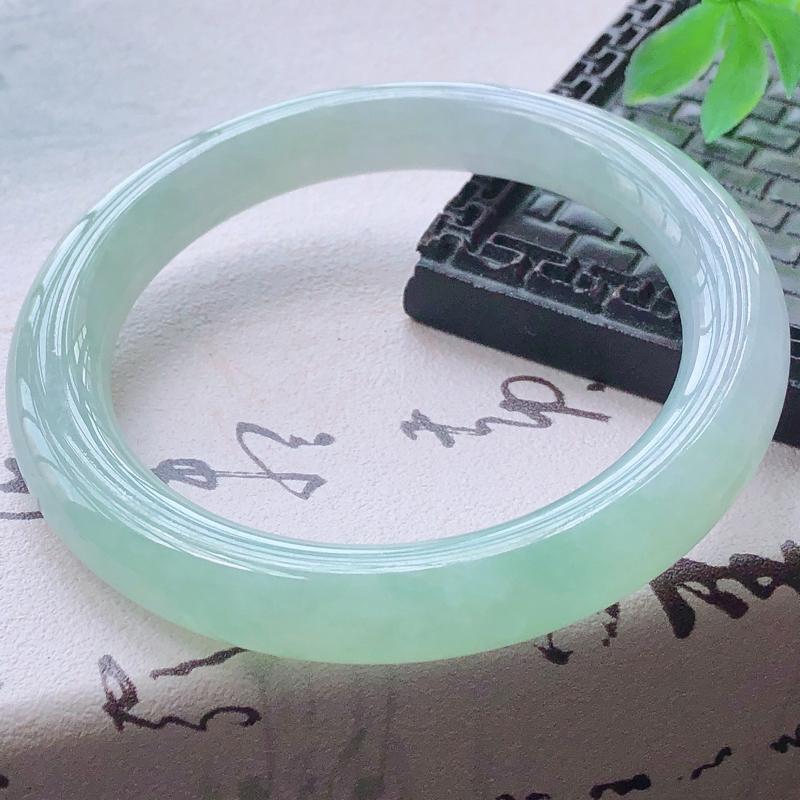 🥰天然A货翡翠糯化种飘绿圆条玉手镯,水润秀丽,飘绿优雅,种水十足,视觉甜美可人,恰到好处的美,十分高雅耐看,条形优美,上手优雅大方,55-57圈口可佩戴。尺寸55.1*9.7*9.7mm,重量:51.20g。