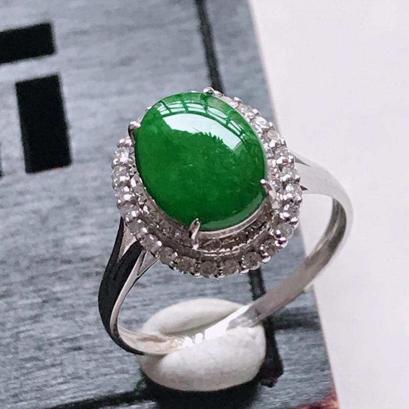 翡翠18K金伴钻水润满绿蛋面戒指,玉质细腻,颜色漂亮,上身高贵上档次,尺寸内径17.1,裸石9.6/