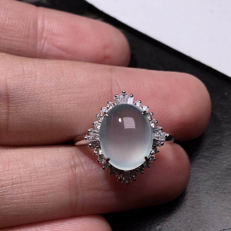 严选推荐老坑高冰玻种大蛋面女戒指,裸石饱满圆润,18k金钻豪华镶嵌而成,尺寸够大,佩戴效果出众