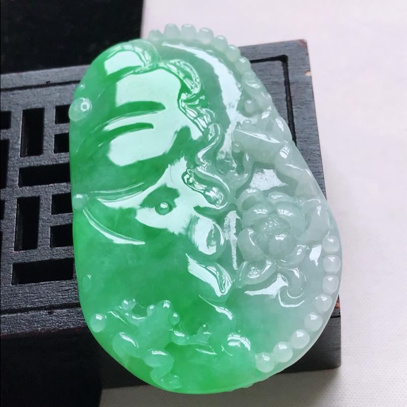 水润飘阳绿翡翠荷叶鱼吊坠,玉质细腻水润,颜色漂亮,雕工精致  尺寸60.9/38.1/5.8