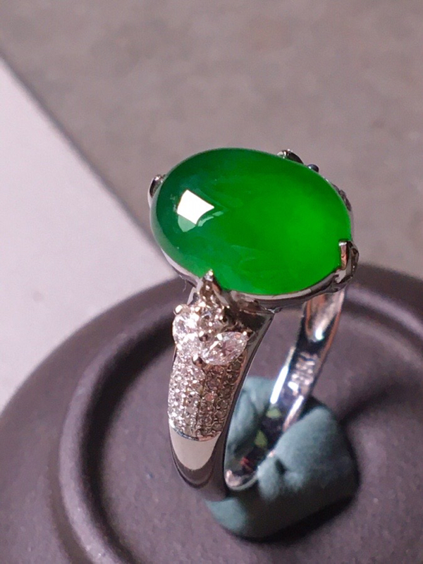 冰种辣绿戒指,色辣水润,饱满无裂,裸石尺寸10.5/8.5/3.8
