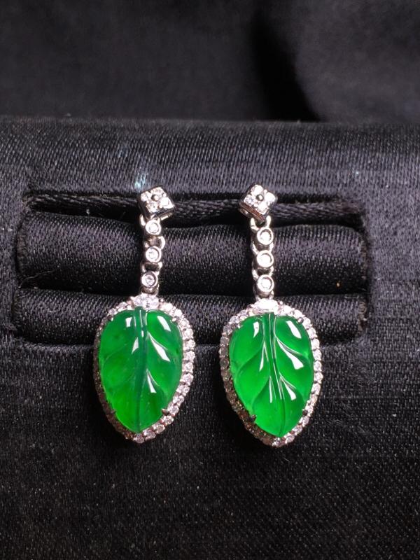 阳绿玉叶耳坠,18k金豪华镶嵌,种水超好,玉质细腻。