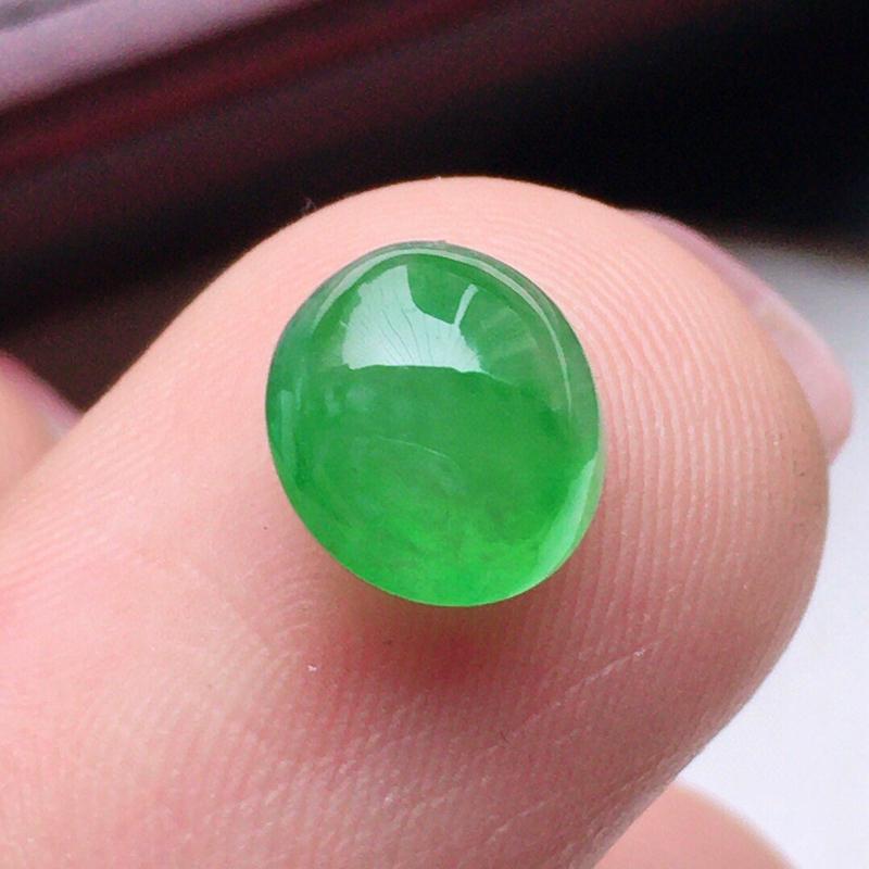 翡翠带绿蛋面,玉质莹润,佩戴佳品,尺寸:7.3*6.5*3.8mm,重0.31克