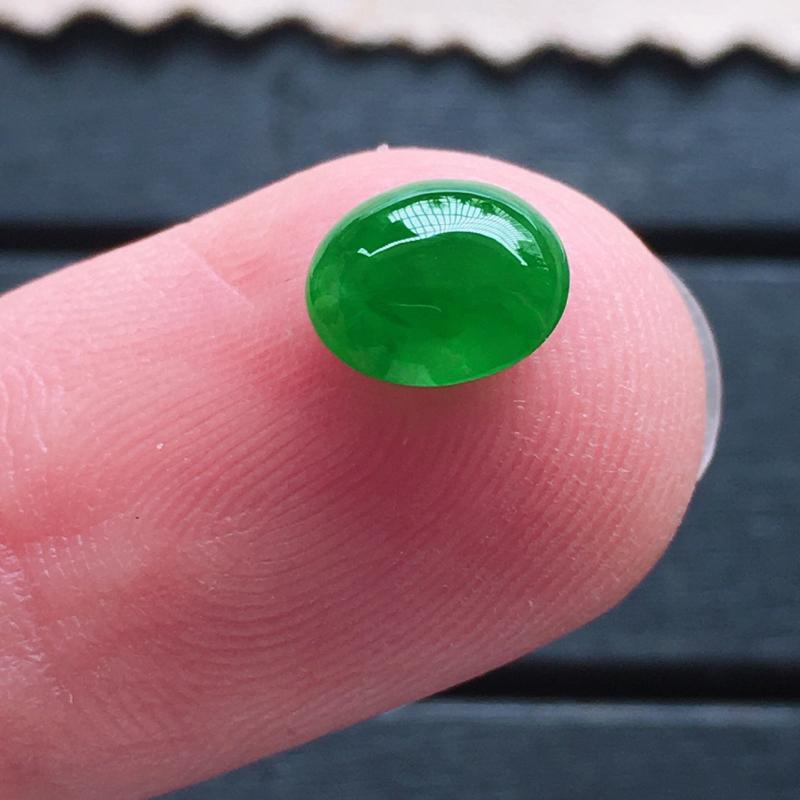 帝王绿蛋面,自然光实拍,缅甸a货翡翠,种好通透,玉质细腻,颜色超美,精致饱满,镶嵌效果更赞