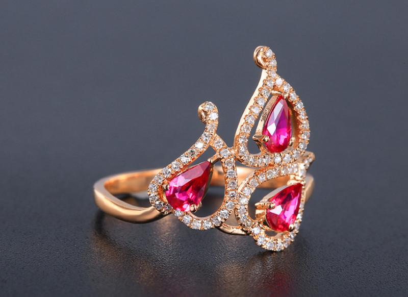 【18k金镶红宝石戒指 宝石参数:0.65ct  配石:钻石79颗,总重2.26克,圈口:13.5号(可改圈)】图2