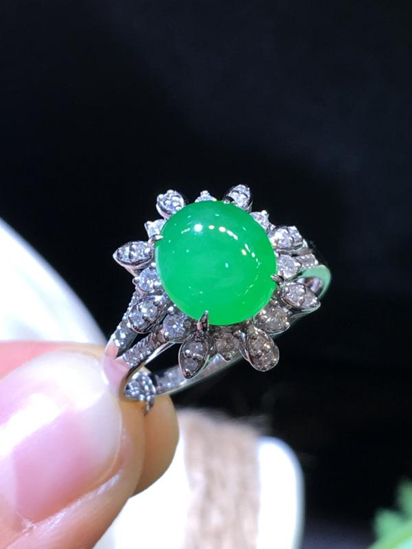 翡翠a货,满绿蛋面戒指,18k金伴钻,佩戴精美,性价比高,裸石尺寸9.0*8.0*3.0mm