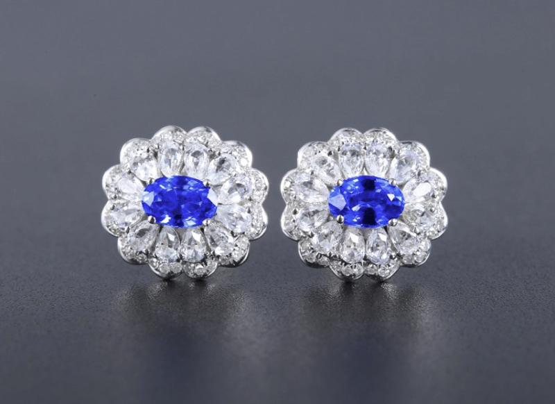 18k金镶蓝宝石耳钉 宝石参数:1.16ct  配石:钻石72颗、白蓝宝24颗,总重3.09克