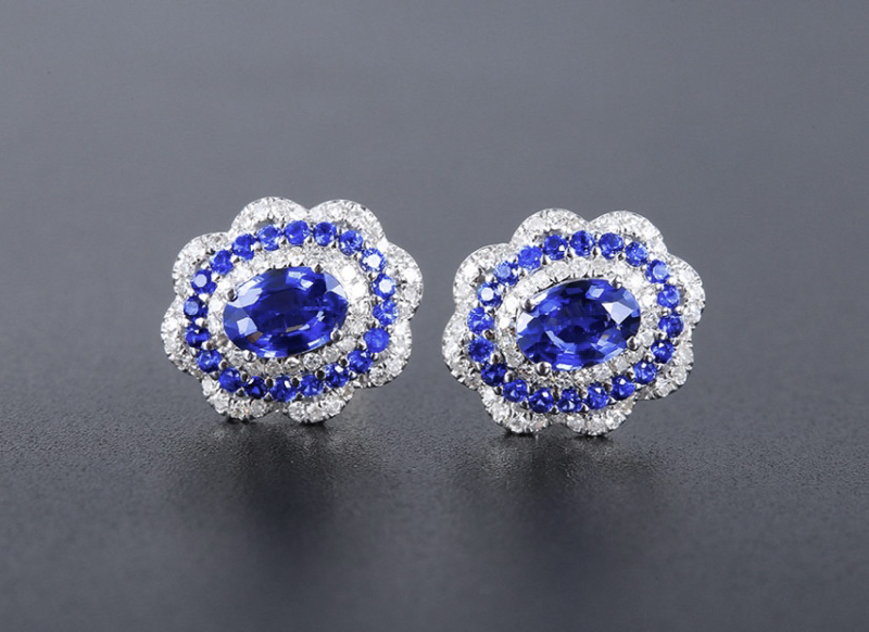 18k金镶蓝宝石耳钉 宝石参数:1.09+0.41ct  配石:钻石114颗,总重2.46克