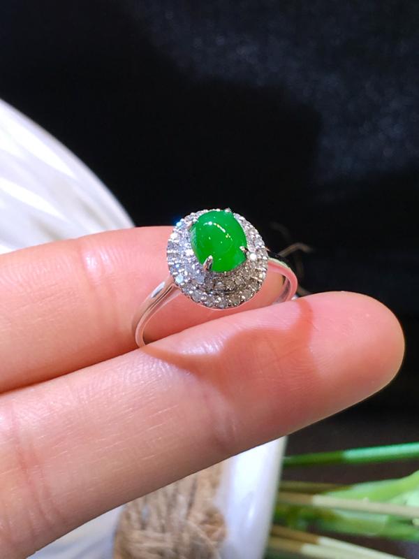 翡翠a货,满绿蛋面戒指,18k金伴钻,佩戴精美,性价比高,裸石尺寸6.4*5.4*3.3mm