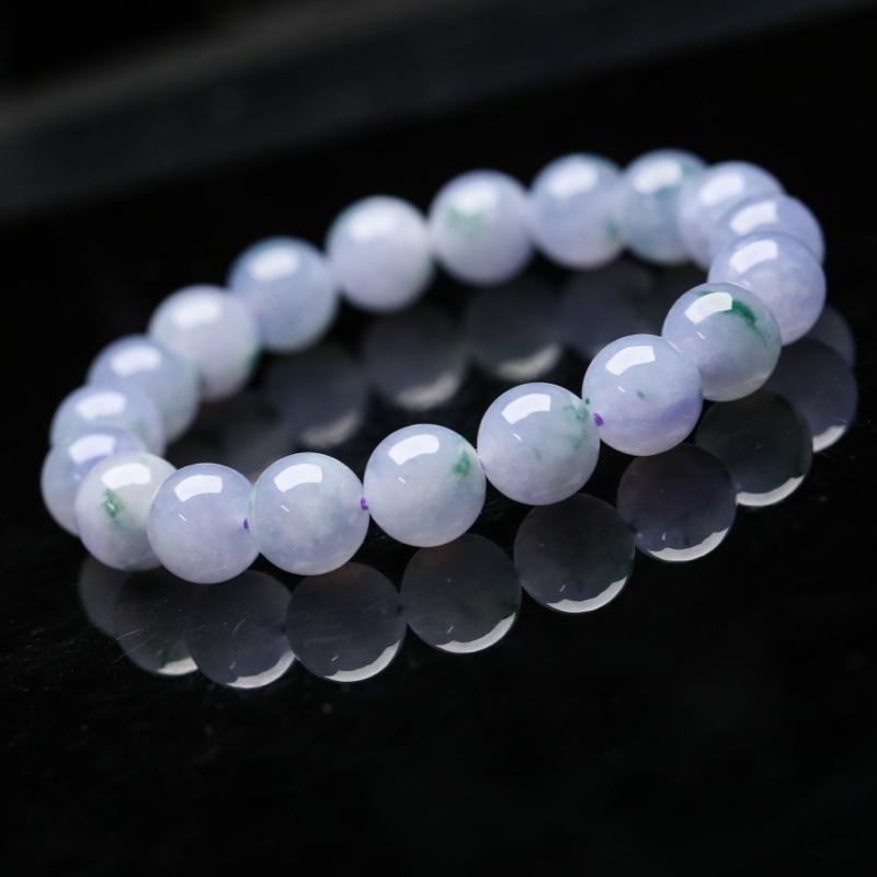 推荐款翡翠手串,共19颗,取其中一颗珠尺寸大约10.5mm,珠子玉质莹润,清秀高雅,有天然白棉,上手佩戴效果时尚高贵。