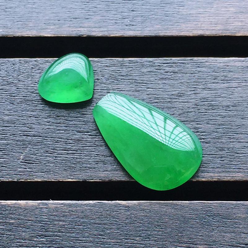 阳绿水滴,一套,自然光实拍,缅甸a货翡翠,种好通透,水润玉质细腻,雕刻精细,饱满品相佳。