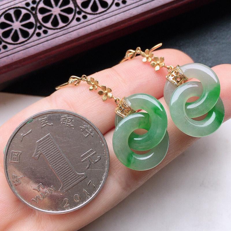 翡翠18K金伴钻镶嵌带绿平安环耳坠,玉质细腻,雕工精美,佩戴送礼佳品,裸石尺寸:14*2.3mm,重4.49克