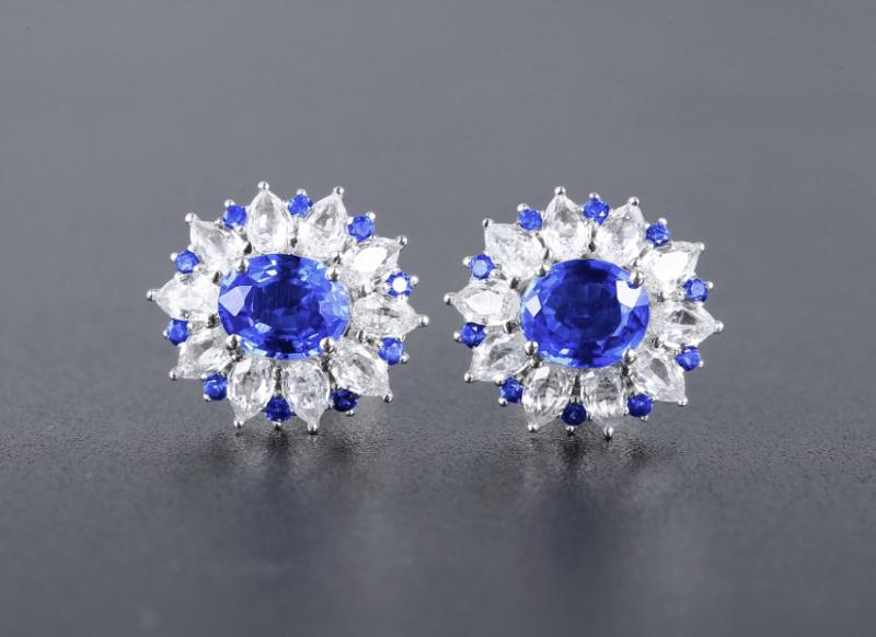 18k金镶蓝宝石耳钉 宝石参数:1.35ct  配石:白蓝宝20颗,总重2.42克
