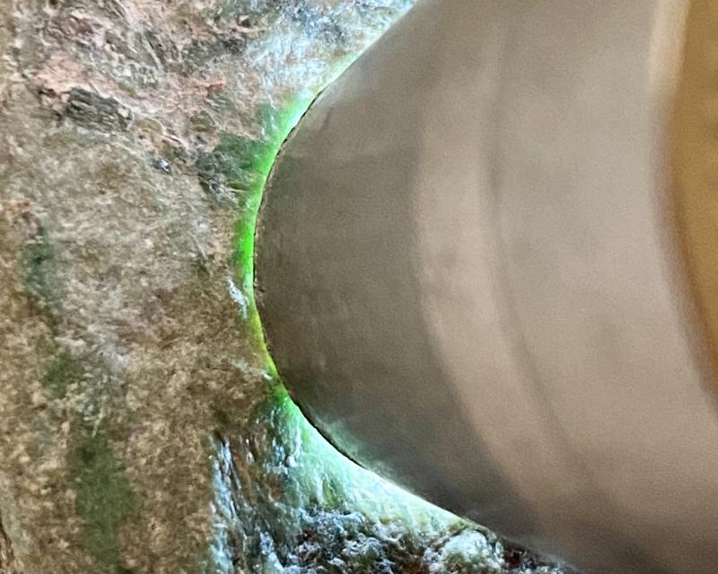 🤝#矿区新货来袭# 木那全赌飘花料,料子多处有绿色表现,打灯种老色阳,水头足,皮壳细腻紧致,侧面有