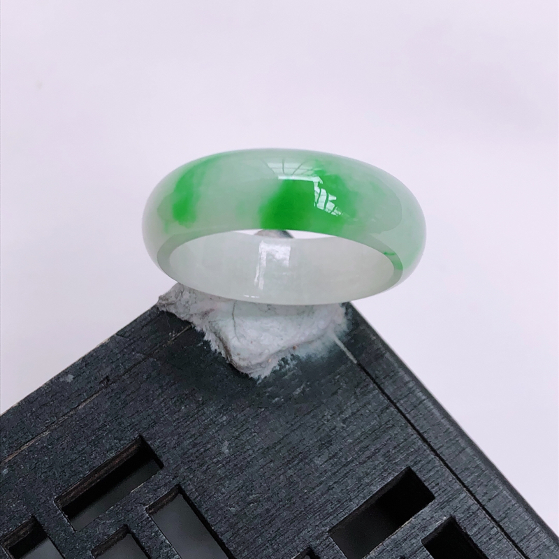 飘阳绿圆环戒指,内径:18.3*6.2*2.5mm 玉质细腻,飘绿灵动,上手大方(赌神戒)