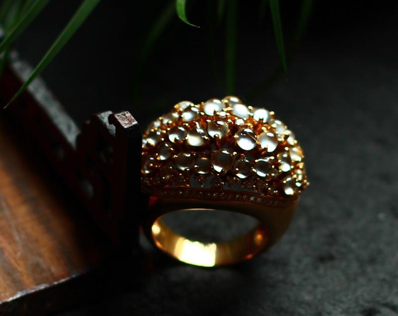 18K金钻豪华镶嵌玻璃种荧光蛋面戒指。种老,颗颗蛋面荧光强,镶嵌霸气、佩戴上手效果十分显著。含镶嵌尺