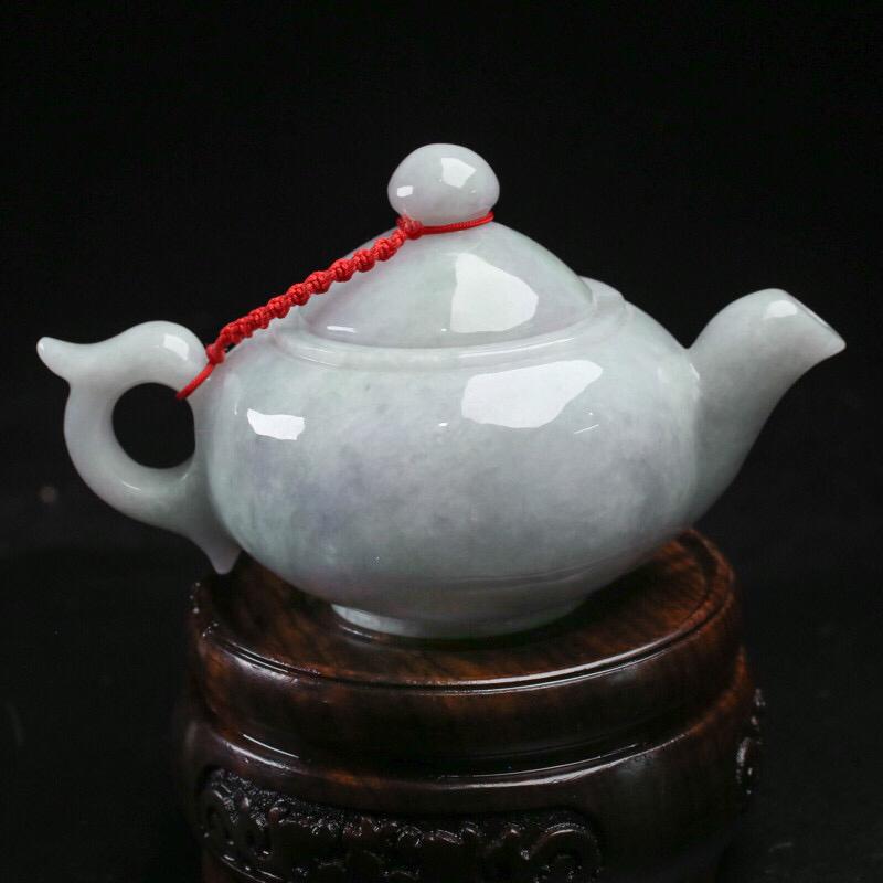 茶壶翡翠小摆件。手工雕刻,色泽清新,雕刻线条流畅,壶身尺寸:102*63.9*60mm,配送精美底