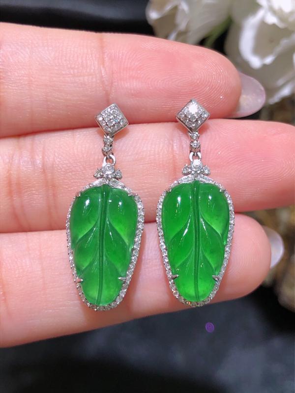 冰种飘绿翡翠叶子耳环 雕工精细 颜色鲜艳 饱满圆润 整体;11.6*30.7*6.8 裸石:9.3*