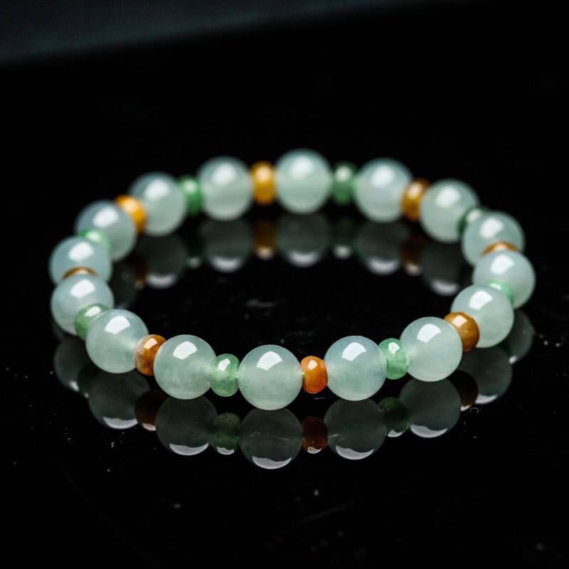 翡翠手串,大小珠共32颗,取其中一颗珠尺寸大约8.9mm。珠子玉质莹润,亮丽秀气。上手佩戴效果优雅