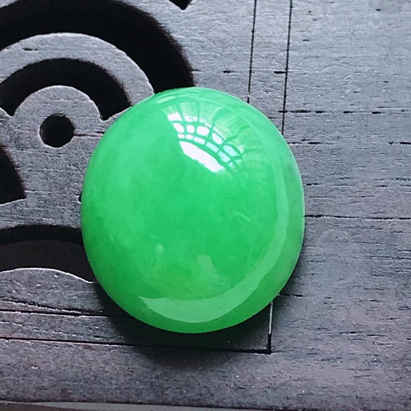 水润满色阳绿蛋面戒面,玉质细腻,颜色漂亮,上身好看,尺寸13.6/12.0/7.3