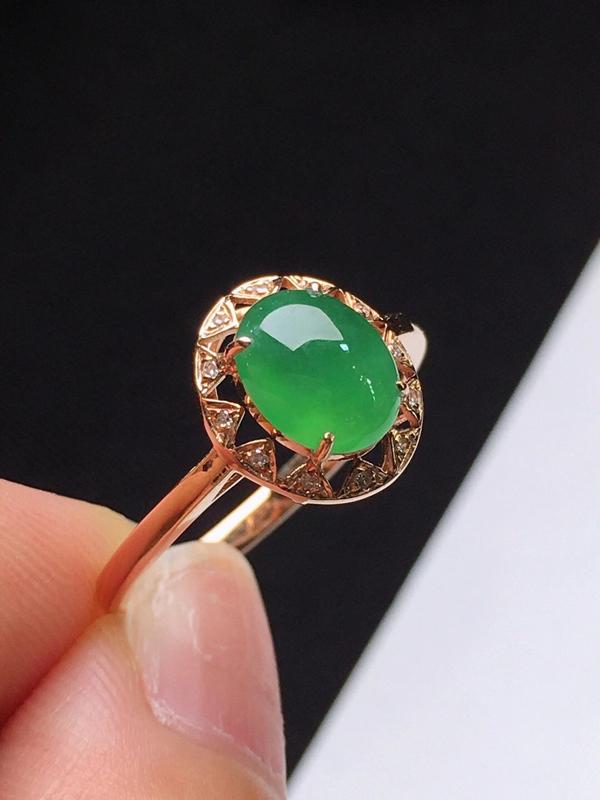 满绿蛋面戒指,色泽浓郁,玉质细腻,料子干净,莹润光泽,18K金镶嵌钻石,裸石:7.4*6*3.4