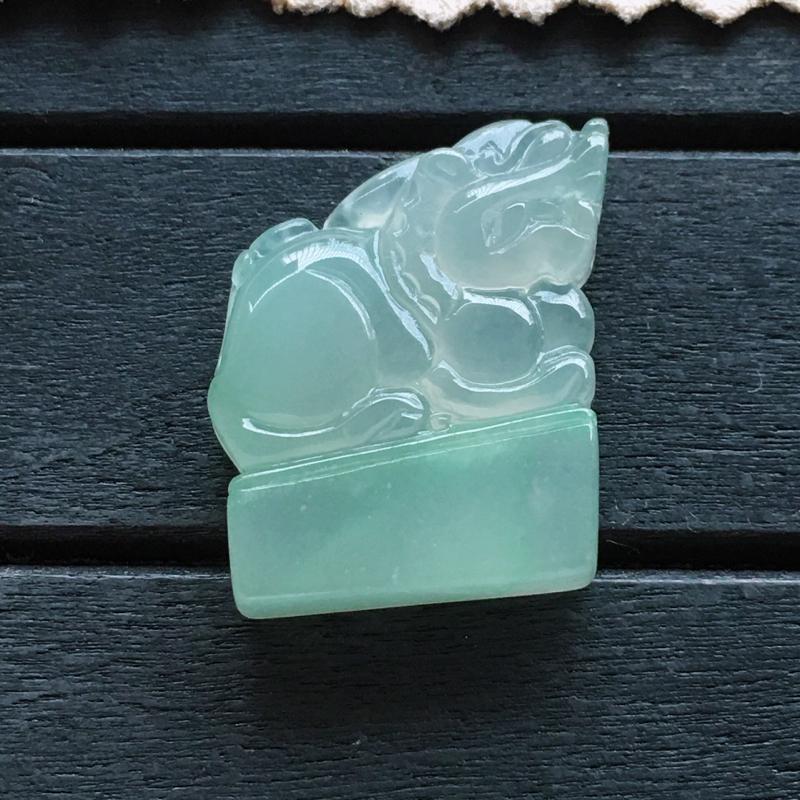 自然光实拍,缅甸a货翡翠,满绿貔貅印章,种水好,玉质细腻,颜色清雅,精美个性