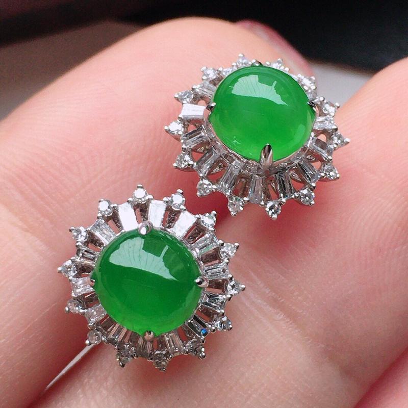 翡翠18K金伴钻镶嵌满绿蛋面耳钉,玉质细腻,雕工精美,佩戴送礼佳品,包金尺寸:11.2*7mm,裸石