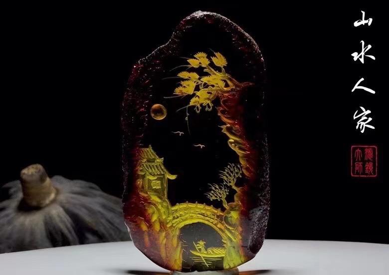 【山水人家】净水金珀留原皮配大师精巧雕刻,有山、有水、有人家,勾刻出一幅江南水乡之境,寓意生活美满,