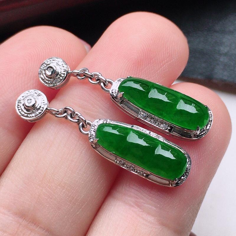 翡翠18K金伴钻镶嵌满绿发财豆耳坠,玉质细腻,雕工精美,佩戴送礼佳品,包金尺寸:28*6.6*4.6