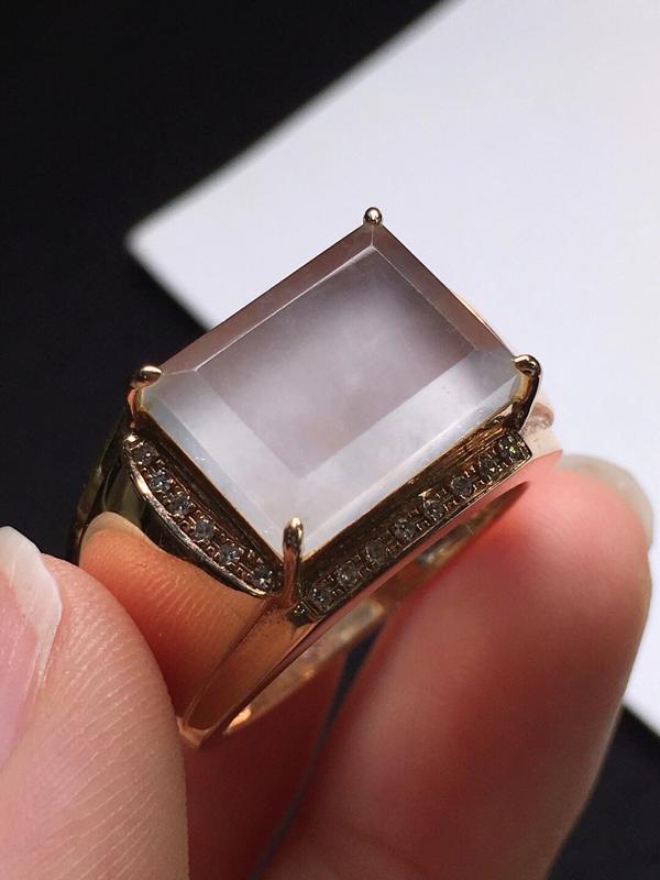 高冰方块戒指,玉质细腻,莹润光泽,冰透水润,料子干净,水头足起荧光,18K金镶嵌钻石,裸石尺寸:12