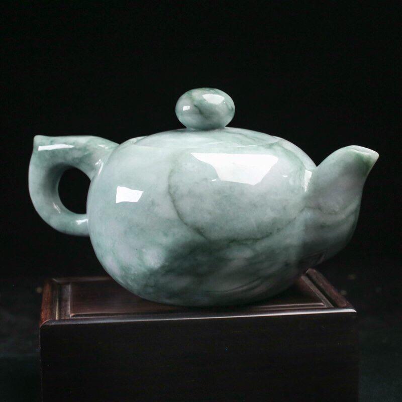 茶壶翡翠摆件。手工雕刻,色泽清新,雕工精细,壶身尺寸136.7*88.2*75.8mm,配送精美底