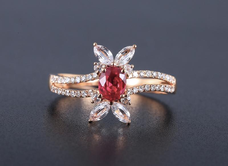18k金镶红宝石戒指 宝石参数:0.57ct  配石:钻石38颗、白蓝宝8颗,总重2.38克,圈口: