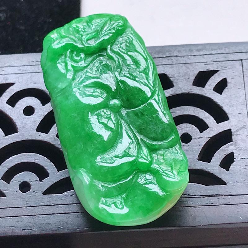 辣绿翡翠荷叶鱼吊坠,玉质细腻,颜色漂亮,上身好看   尺寸39.5/18.6/8.8