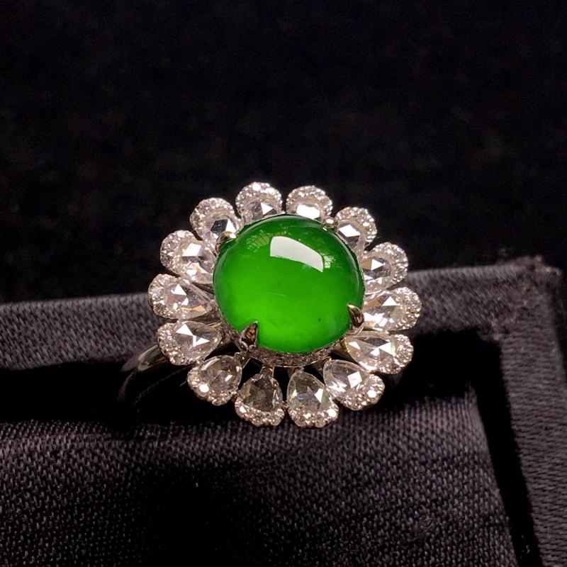 18k金镶嵌老坑冰阳绿满色蛋面戒指,翠色浓郁,细腻冰透,种色浓郁,通透起光,种老色辣,佩戴优雅精致,