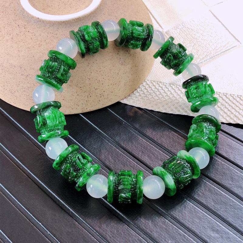 天然缅甸老坑翡翠A货飘绿浮雕手链,料子细腻柔洁,尺寸13/11mm,重量36.47g,隔珠为普通装饰