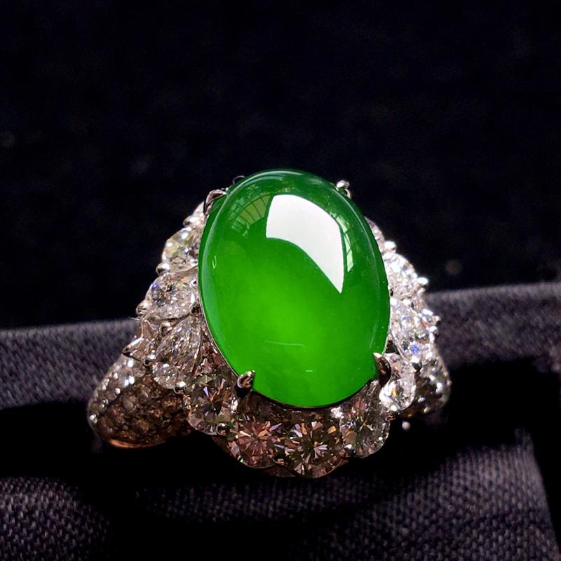 18k金豪华满钻镶嵌冰阳绿满色蛋面戒指,种色浓郁,细腻饱满冰透,种色俱佳,色浓色辣,佩戴高贵大气,裸