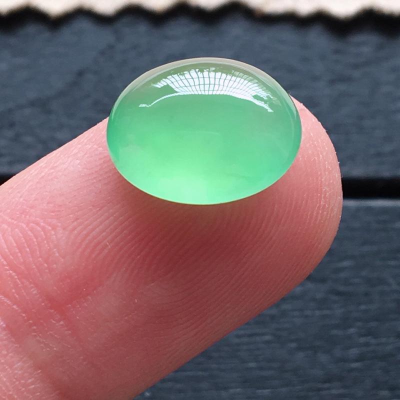 冰种阳绿蛋面,自然光实拍,缅甸a货翡翠,种好通透,起荧光,颜色超美,种色迷人,水润饱满,品质高档