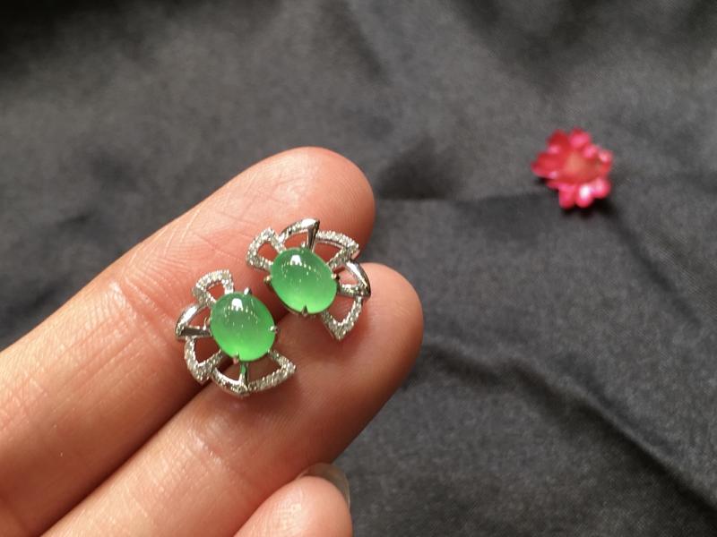 一对浅绿耳钉,底庄细腻,18K金南非真钻镶嵌,无纹裂,性价比高,推荐,尺寸11.8*8*6.5/6.