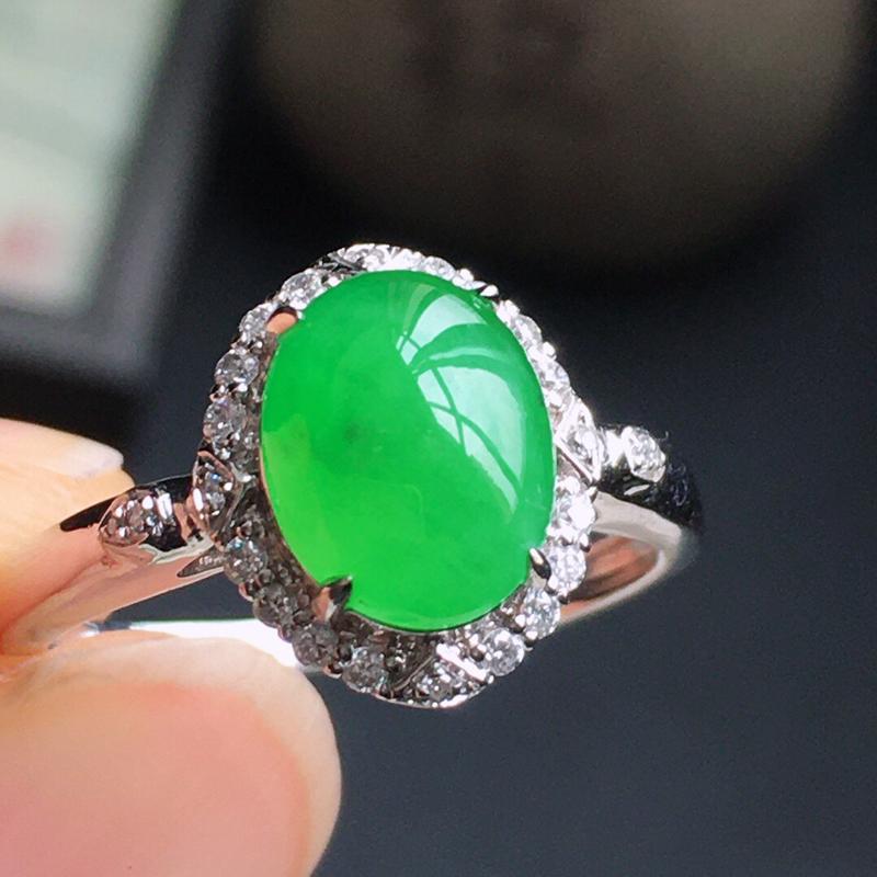 精品翡翠镶18K金伴钻戒指,玉质莹润,佩戴效果更美,商品尺寸:内径:17.2MM,玉:9.2*7.3
