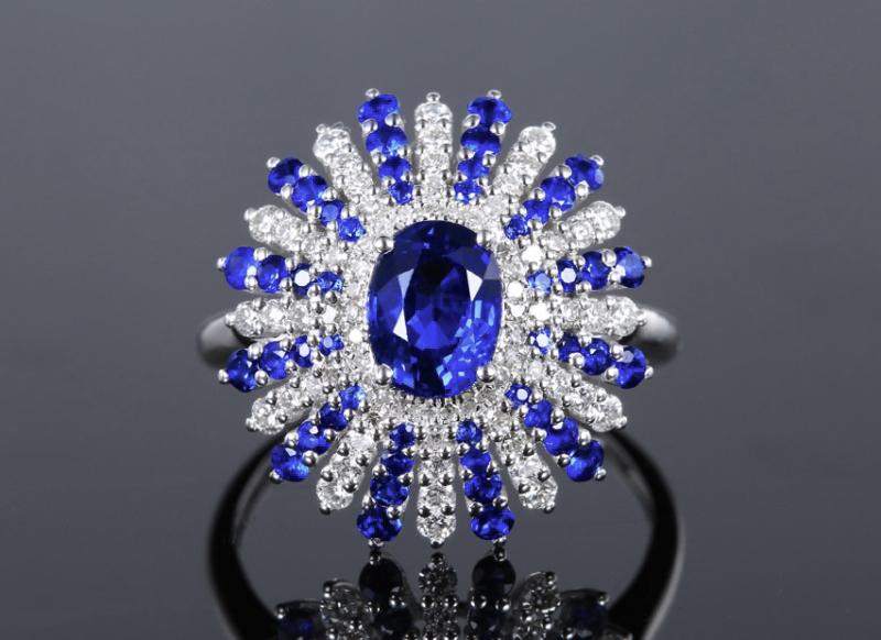 18k金镶皇家蓝蓝宝石戒指 宝石参数:1.42+0.456ct  配石:钻石74颗,总重3.95克,