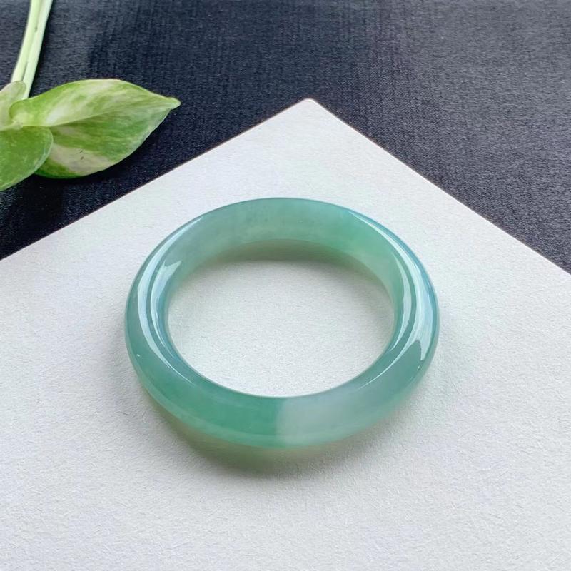 老坑绿水圆条手镯,尺寸53.5*11*11 老坑种水,通透水润,明亮光泽,胶润无比,种色相融,甜美清