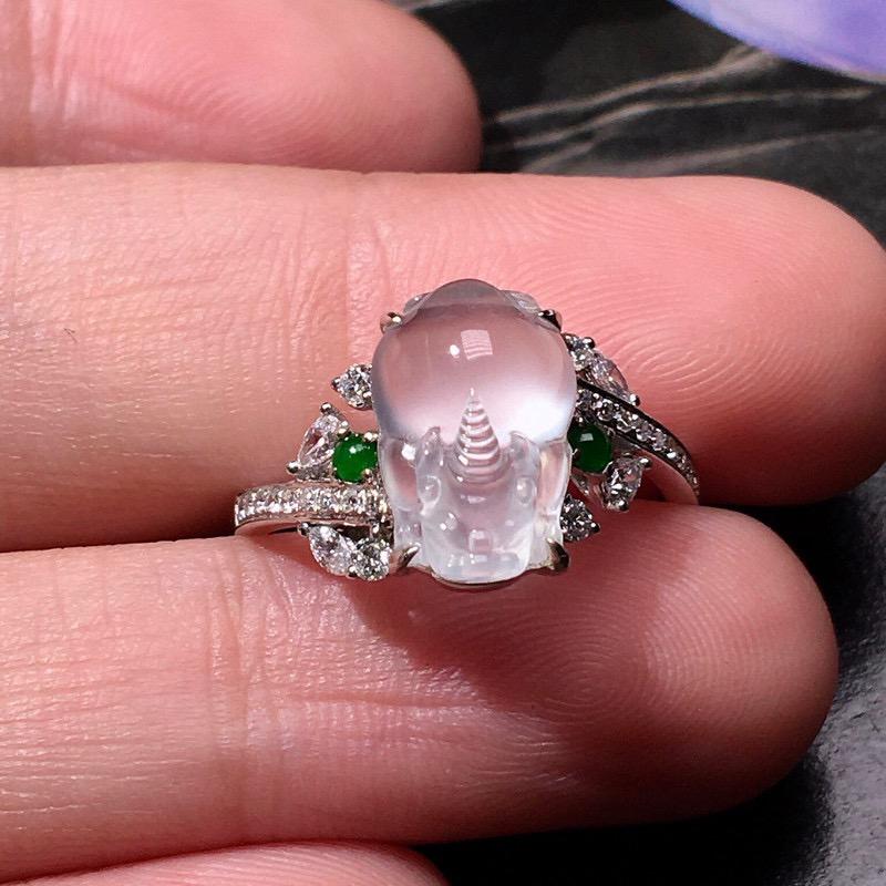 严选推荐老坑玻璃种三脚金蟾女戒指,18k金钻镶嵌而成,尺寸够大,佩戴效果出众,尽显气质。种水很